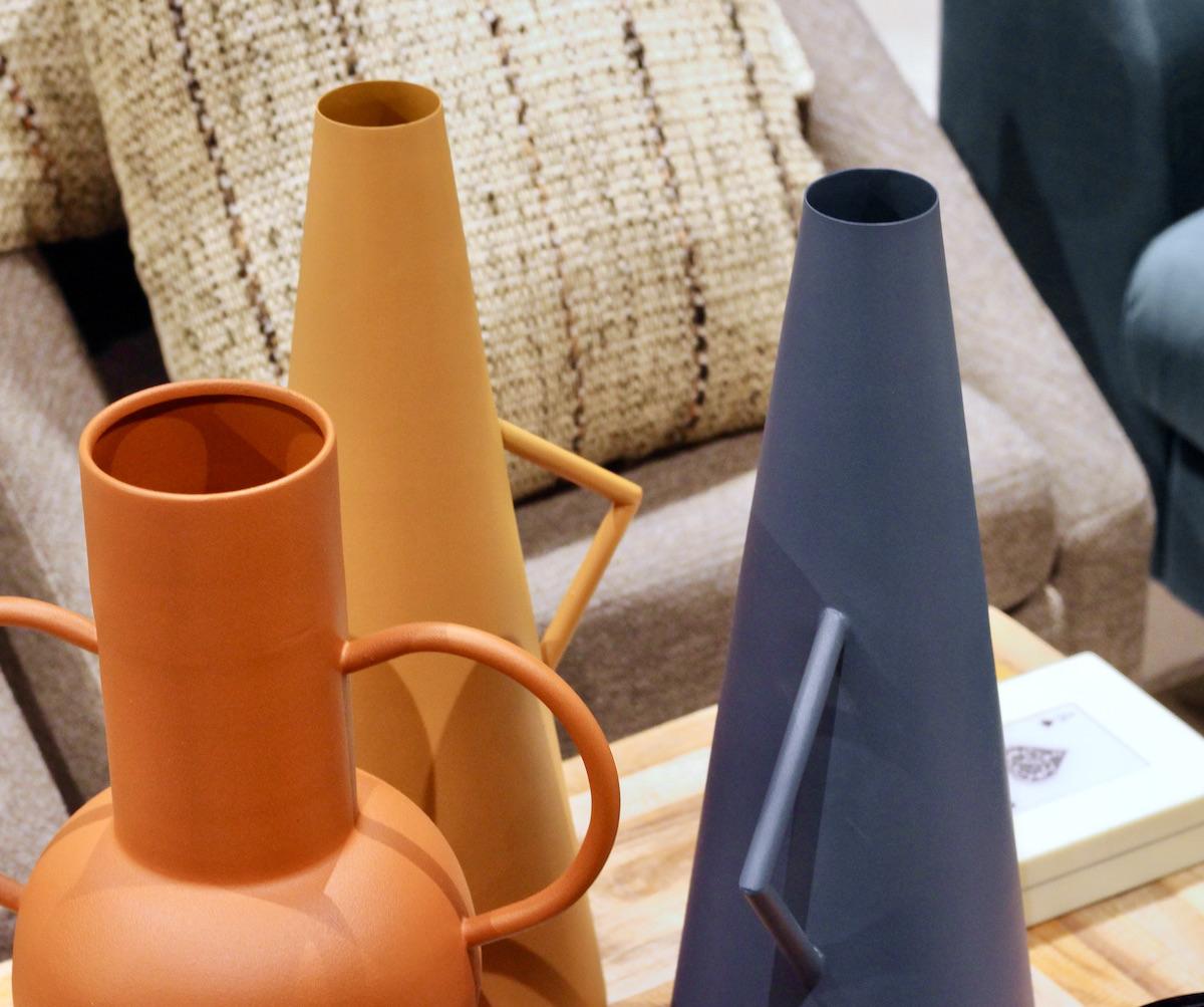 vase métal mat graphique amphore moderne orange jaune bleu nuit