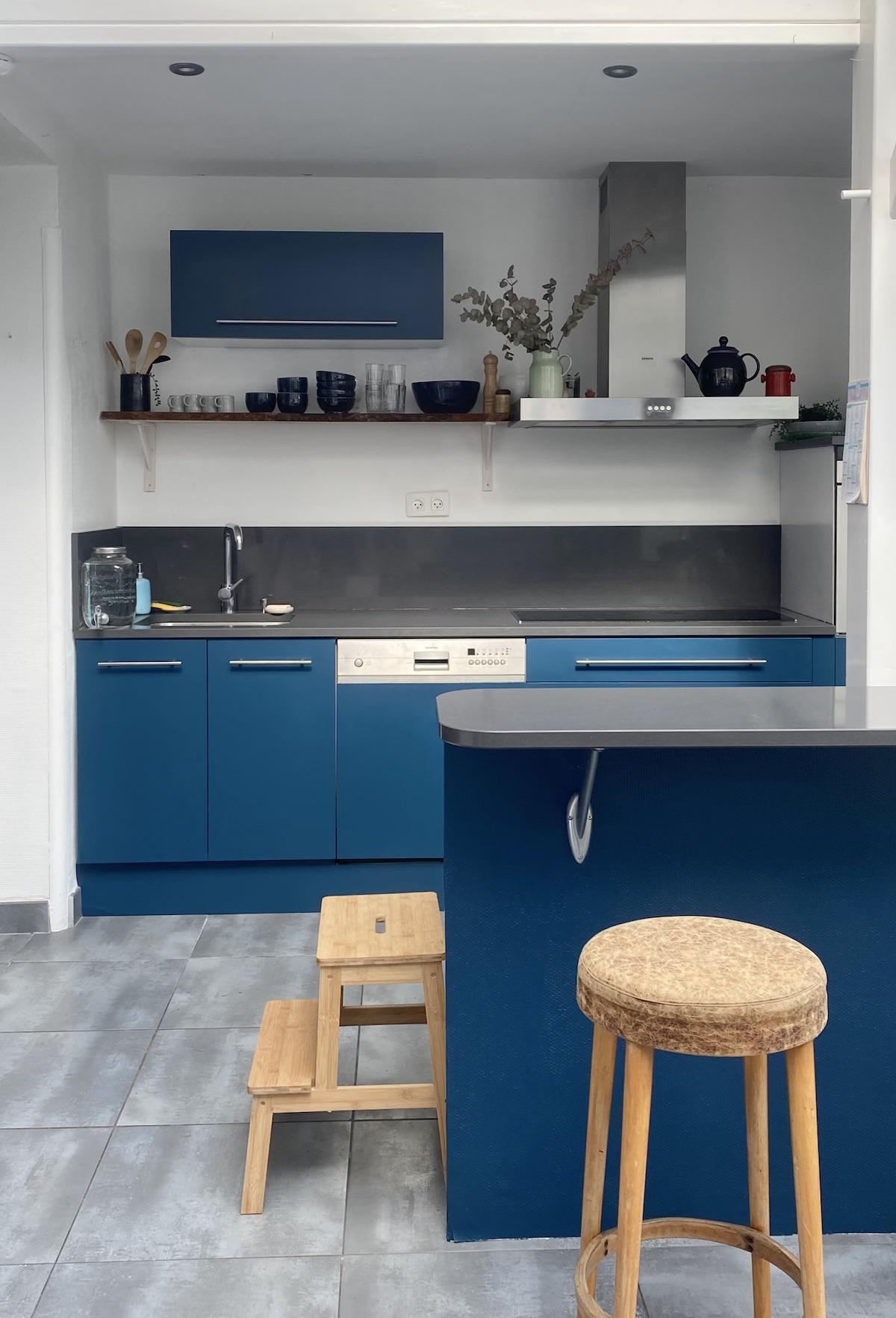 Rénover soi-même une cuisine façade bleu mat canard klein déco