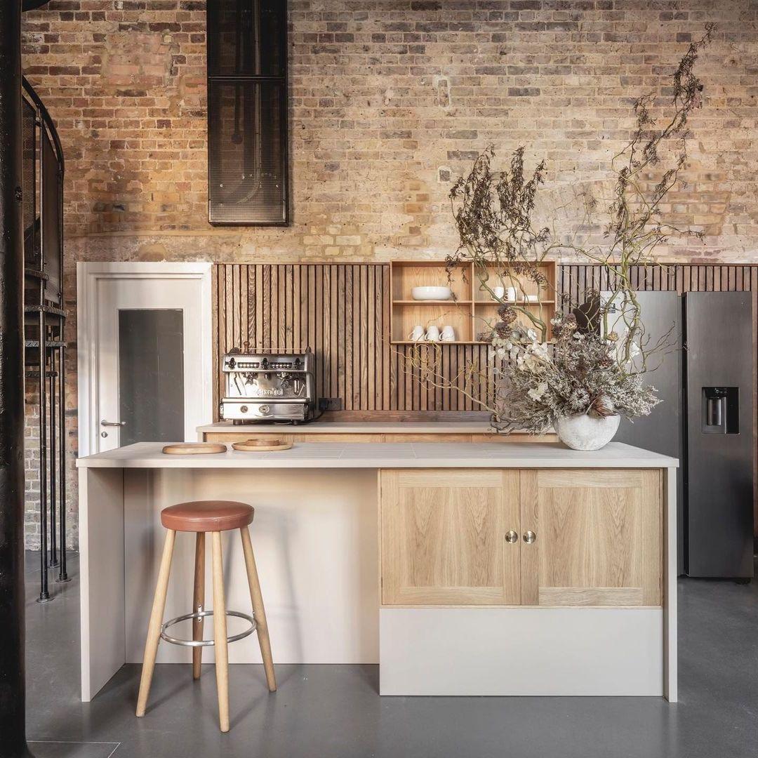 cuisine loft bois cuir tasseau ilot central escalier métallique colimaçon
