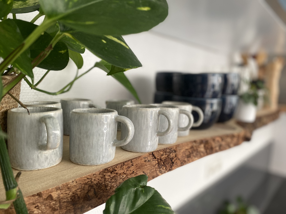 étagère diy planche bois brut tasse artisanale café grès gris