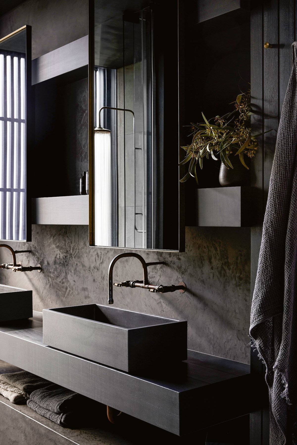 salle de bain brut déco noire grise anthracite longère moderne
