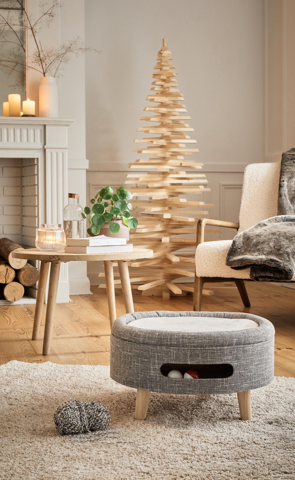 salon déco bois blanc cheminée fauteuil tissu bouclettes