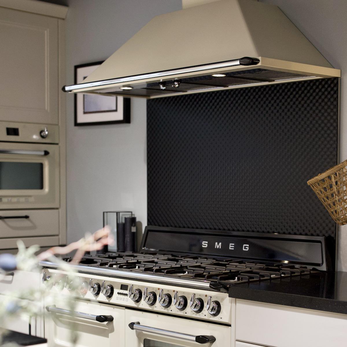 cuisine rétro blanc cassé noire style campagne chic cuisinière Smeg