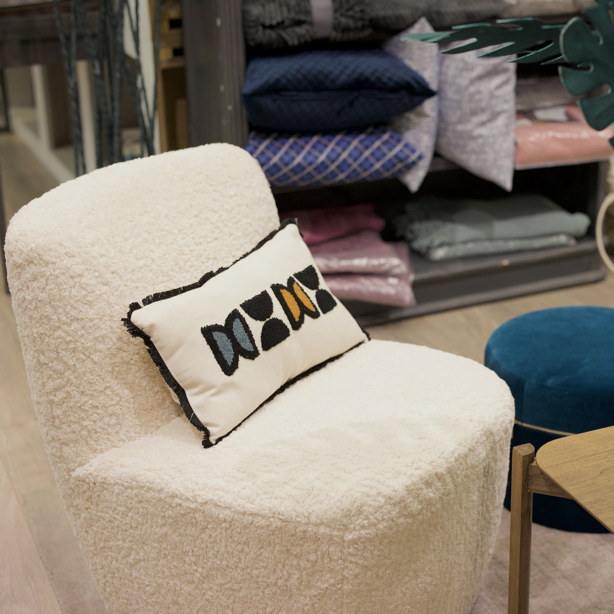 fauteuil blanc bouclettes déco rétro salon - clem around the corner