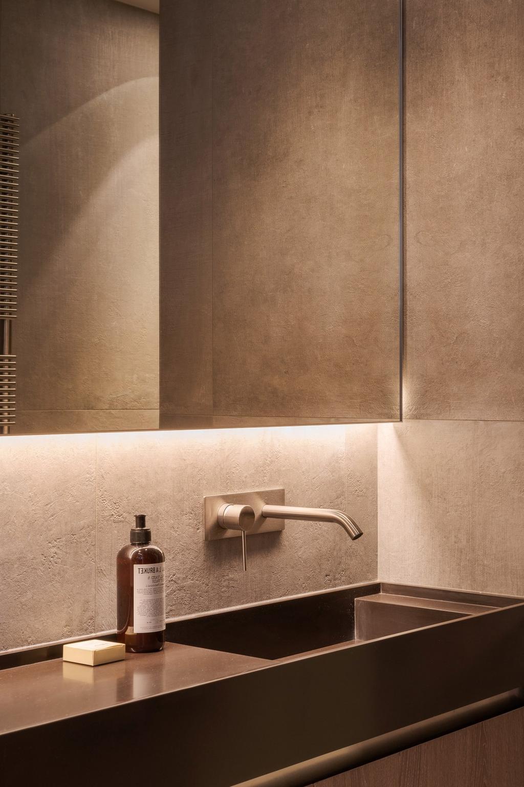 mini salle de bains beige pied-à-terre à Paris
