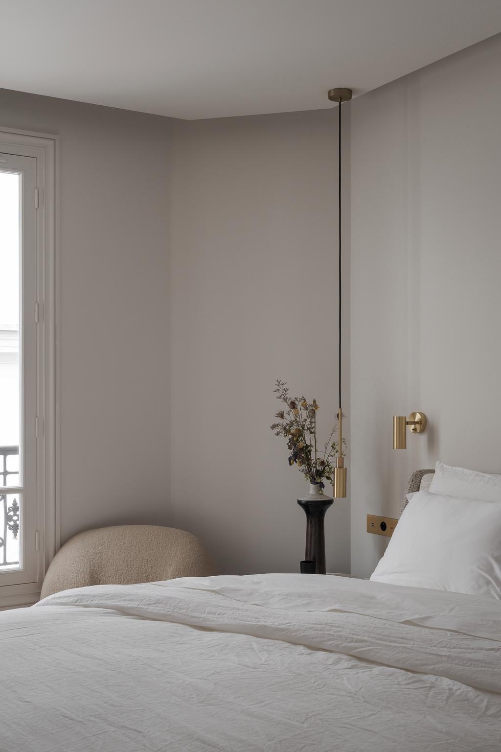 Pied-à-terre à Paris chambre sous les toits déco blanche
