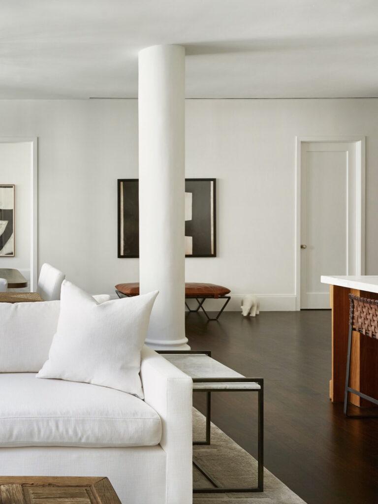 salon parquet bois foncé meuble blanc